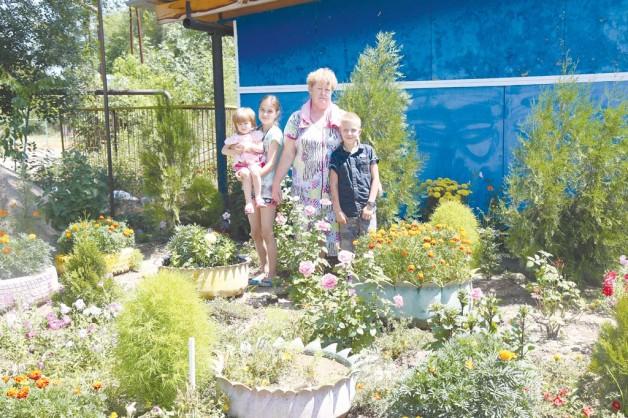 Цветники у домов села Кольди
