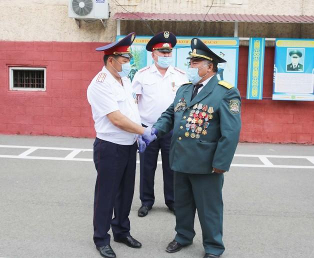 Ішкі істер министрі қарасайлық екі полицейді медальмен марапаттады