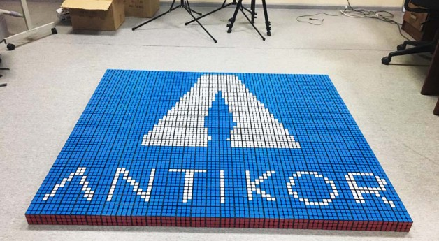 Логотип Антикорра из 600 кубиков-рубиков