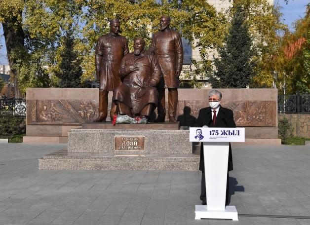Мемлекет басшысы Қасым-Жомарт Тоқаев «Ұлы ақын Абай ұлдарымен» ескерткішінің ашылу рәсіміне қатысты